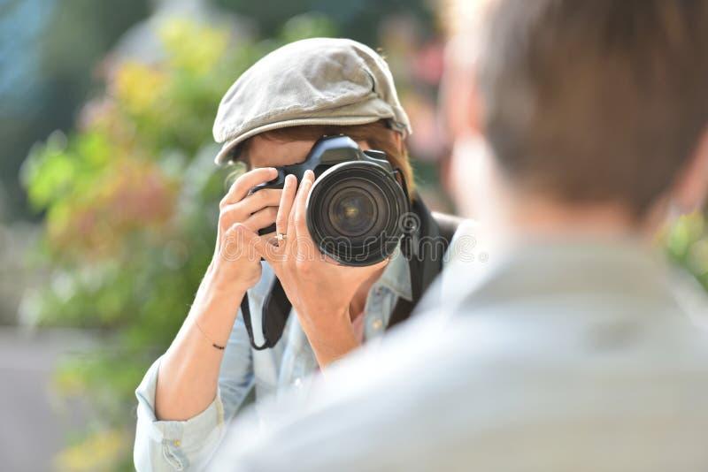 Νέος φωτογράφος που κάνει τα πορτρέτα στοκ φωτογραφία με δικαίωμα ελεύθερης χρήσης