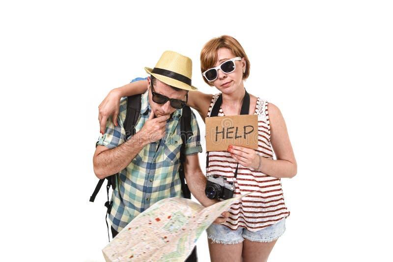 Νέος χάρτης πόλεων ανάγνωσης ζευγών τουριστών που φαίνεται χαμένος και συγκεχυμένος χαλαρώνοντας τον προσανατολισμό με το φέρνοντ στοκ φωτογραφίες με δικαίωμα ελεύθερης χρήσης