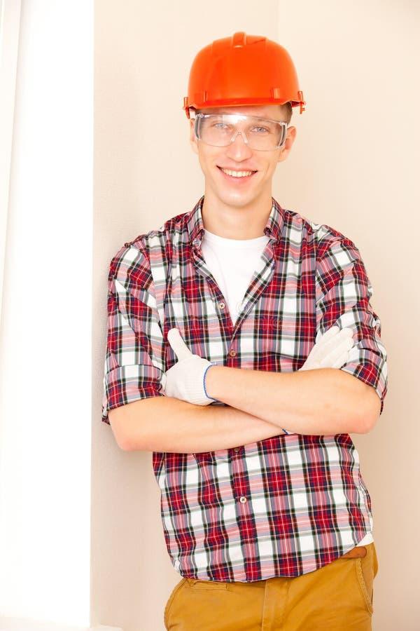 Νέος χαμογελώντας εργάτης οικοδομών στοκ φωτογραφίες με δικαίωμα ελεύθερης χρήσης