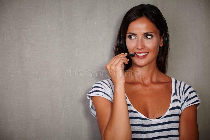 Νέος χειριστής τηλεφωνικών κέντρων που μιλά στα ακουστικά στοκ φωτογραφία με δικαίωμα ελεύθερης χρήσης