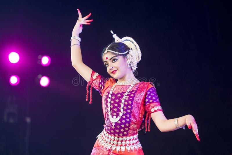 Νέος χορευτής Odissi στο παραδοσιακό κοστούμι Εκτέλεση Odissi στη σκηνή στο ναό Konark, Odisha, Ινδία στοκ φωτογραφία