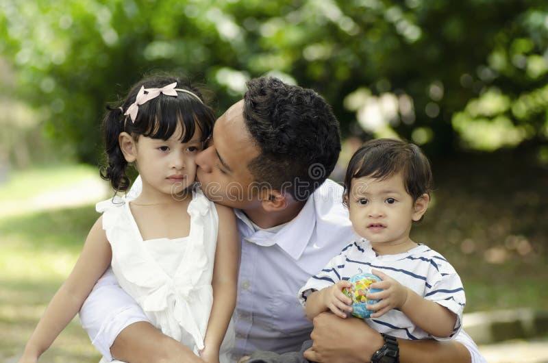 Νέος χρόνος εξόδων πατέρων με τα παιδιά του στο πάρκο κατά τη διάρκεια του Σαββατοκύριακου στοκ εικόνα με δικαίωμα ελεύθερης χρήσης