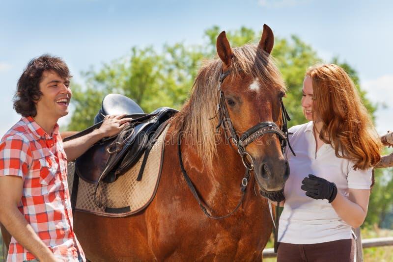 Νέος χρόνος εξόδων ζευγών μαζί με το άλογο στοκ φωτογραφία με δικαίωμα ελεύθερης χρήσης