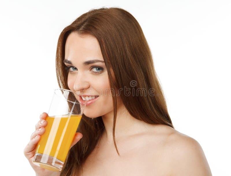 Νέος χυμός κατανάλωσης γυναικών χαμόγελου στοκ φωτογραφίες