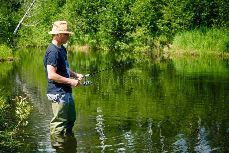 Νέος ψαράς που αλιεύει με την υπομονή στοκ εικόνα με δικαίωμα ελεύθερης χρήσης