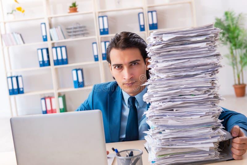 Νέος όμορφος επιχειρηματίας δυστυχισμένος με την υπερβολική εργασία στοκ εικόνες