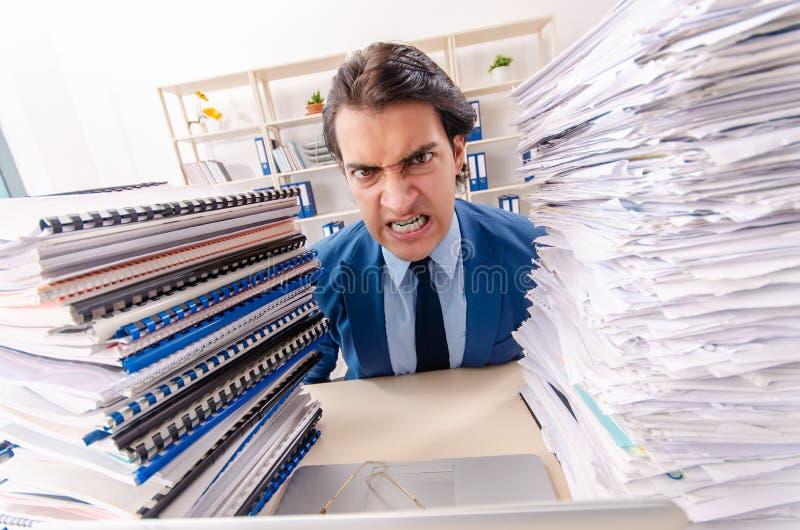 Νέος όμορφος επιχειρηματίας δυστυχισμένος με την υπερβολική εργασία στοκ φωτογραφίες με δικαίωμα ελεύθερης χρήσης