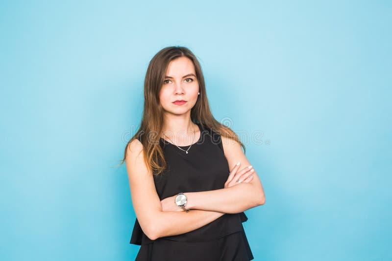 Νέος όμορφος επιχειρησιακός γυναίκα ή σπουδαστής στο μπλε κλίμα στοκ φωτογραφία