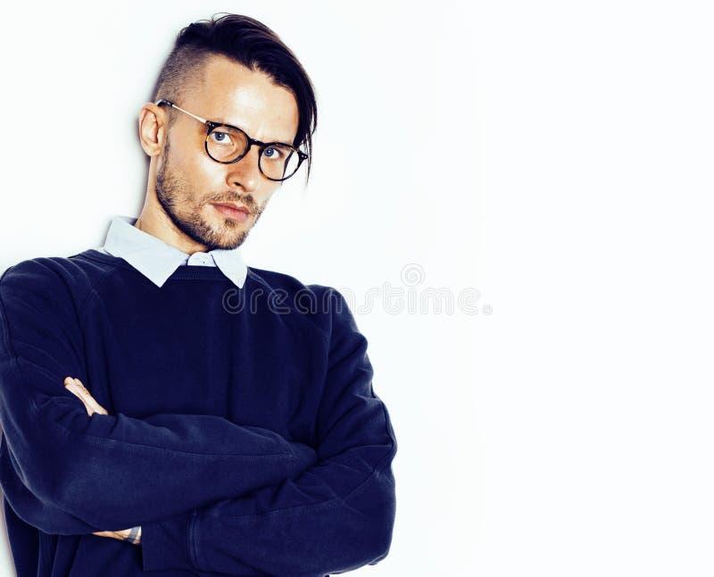Νέος όμορφος εφηβικός τύπος hipster που θέτει τα συναισθηματικά φορώντας γυαλιά, ευτυχής έννοια ανθρώπων τρόπου ζωής χαμόγελου στοκ εικόνες