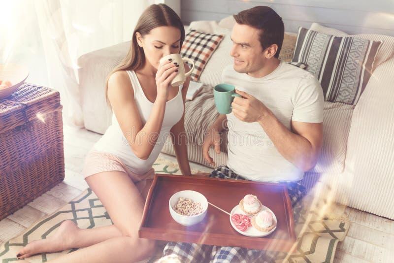 Νέος όμορφος καφές πρωινού κατανάλωσης ζευγών από κοινού στοκ φωτογραφία με δικαίωμα ελεύθερης χρήσης