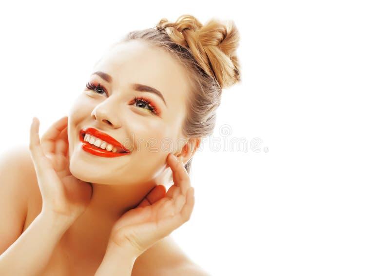 Νέος όμορφος στενός επάνω γυναικών brunette πραγματικός που απομονώνεται στην άσπρη πλάτη στοκ φωτογραφία