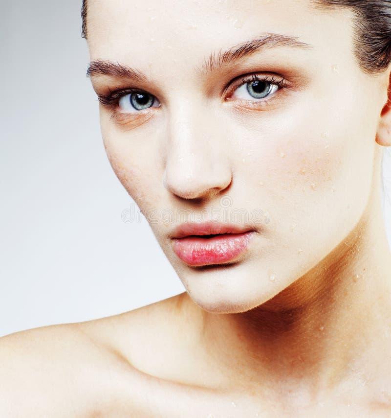 Νέος όμορφος στενός επάνω γυναικών brunette πραγματικός στην άσπρη πλάτη στοκ εικόνα με δικαίωμα ελεύθερης χρήσης