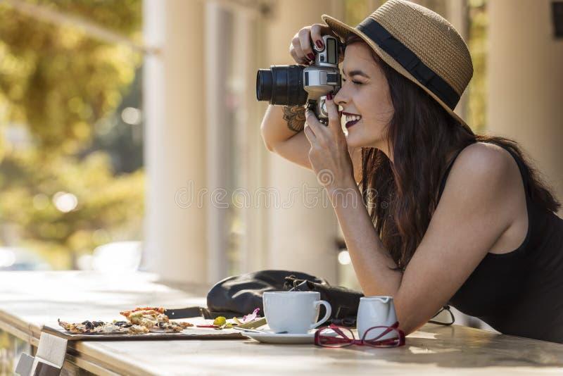 Νέος όμορφος ταξιδιώτης που παίρνει ευτυχώς τις φωτογραφίες με τη κάμερα στο ασβέστιο στοκ φωτογραφία