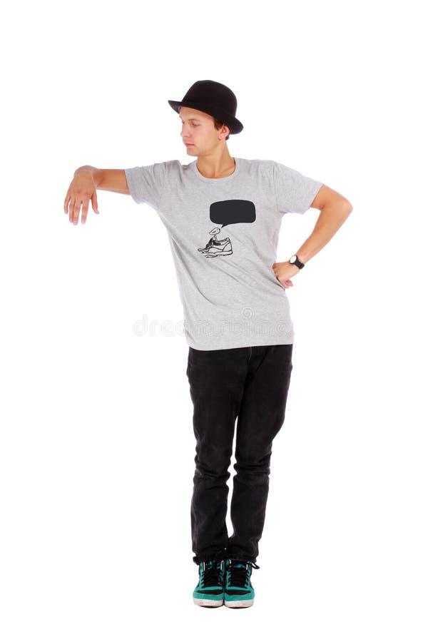 Νέος όμορφος τύπος με σύγχρονα ενδύματα και ένα καπέλο στοκ εικόνες