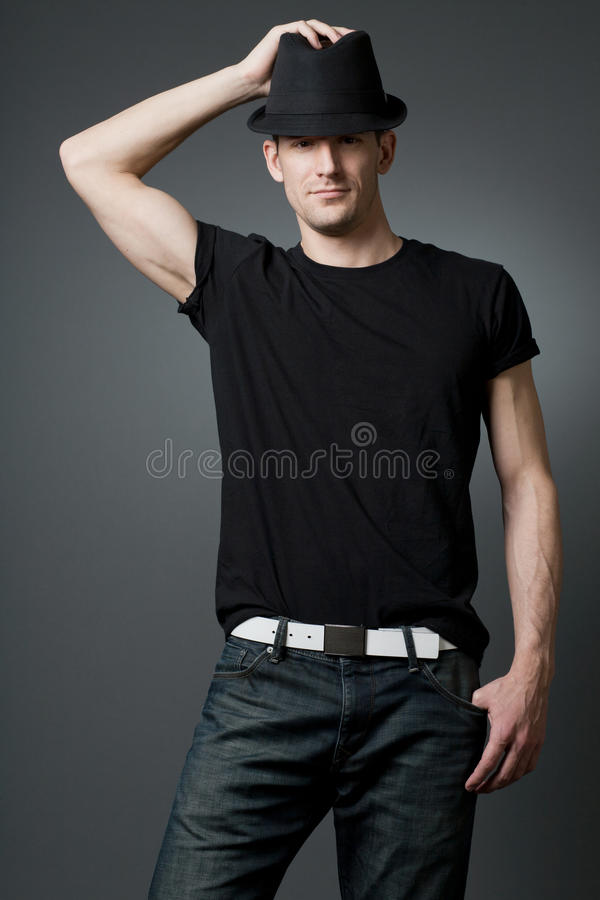 Νέος όμορφος τύπος στη μαύρη μπλούζα. στοκ εικόνες