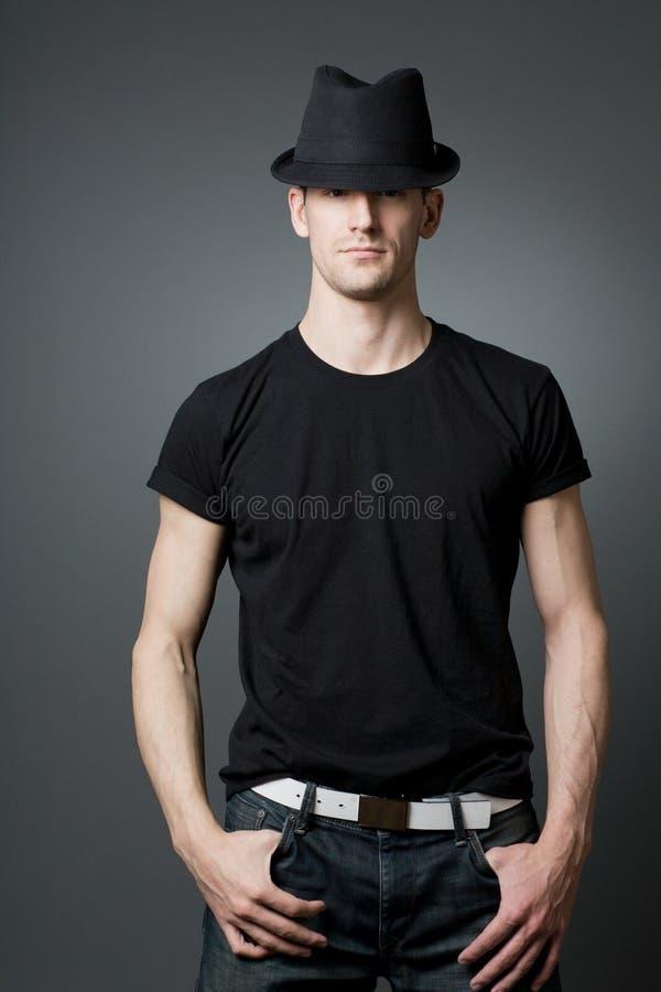 Νέος όμορφος τύπος στη μαύρη μπλούζα. στοκ εικόνα