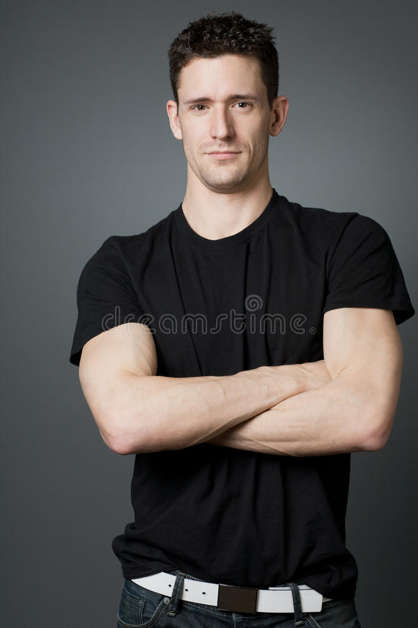 Νέος όμορφος τύπος στη μαύρη μπλούζα. στοκ φωτογραφία με δικαίωμα ελεύθερης χρήσης