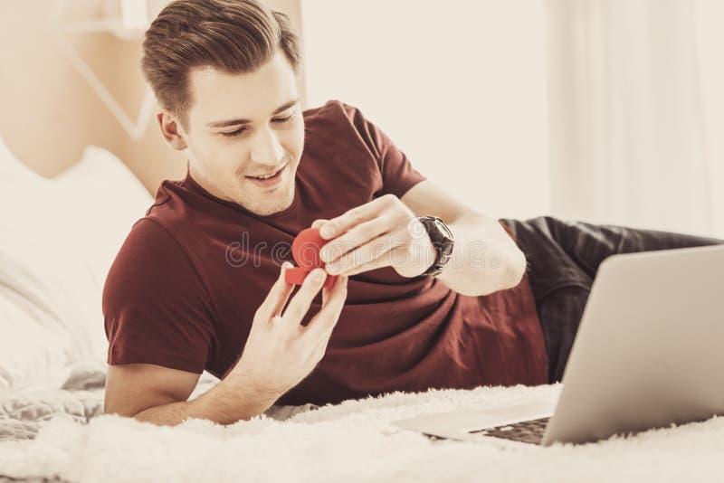 Νέος όμορφος φίλος που αισθάνεται την εμπαθή εξέταση το γαμήλιο δαχτυλίδι στοκ εικόνες
