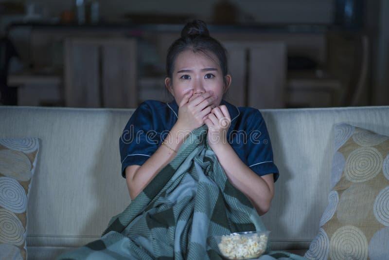 Νέος όμορφος φοβησμένος και εκφοβισμένος κινηματογράφος ή θρίλλερ ασιατικής κινεζικής γυναικών φρίκης προσοχής τρομακτικός που τρ στοκ φωτογραφία με δικαίωμα ελεύθερης χρήσης