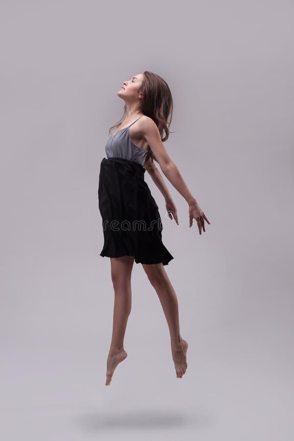 Νέος όμορφος χορευτής η τοποθέτηση φορεμάτων στοκ φωτογραφίες με δικαίωμα ελεύθερης χρήσης