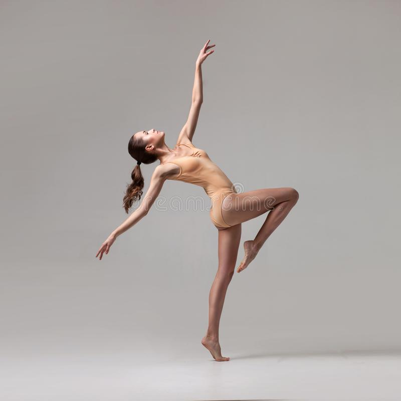 Νέος όμορφος χορευτής μπαλέτου στο μπεζ μαγιό στοκ εικόνες με δικαίωμα ελεύθερης χρήσης