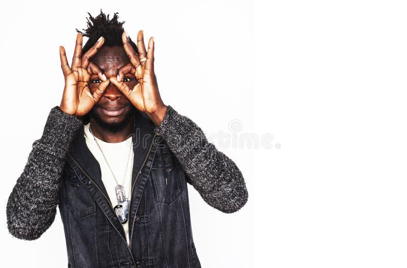 Νέος όμορφος afro αμερικανικός τύπος hipster αγοριών μοντέρνος που το ε στοκ εικόνες