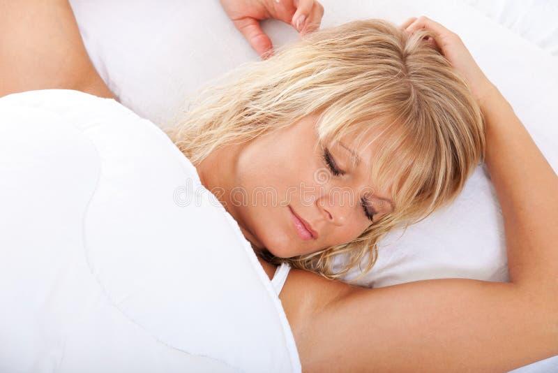 Νέος ύπνος γυναικών στοκ φωτογραφία με δικαίωμα ελεύθερης χρήσης