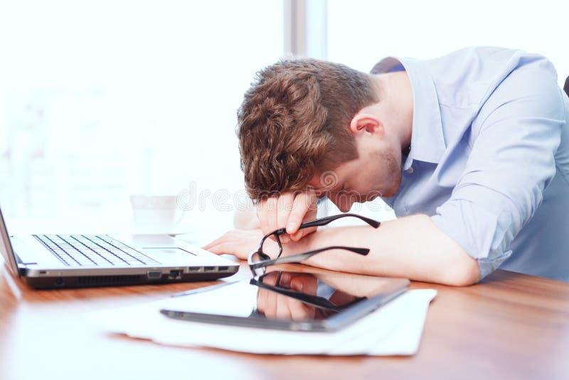 Νέος ύπνος επιχειρηματιών στο γραφείο στοκ εικόνες με δικαίωμα ελεύθερης χρήσης