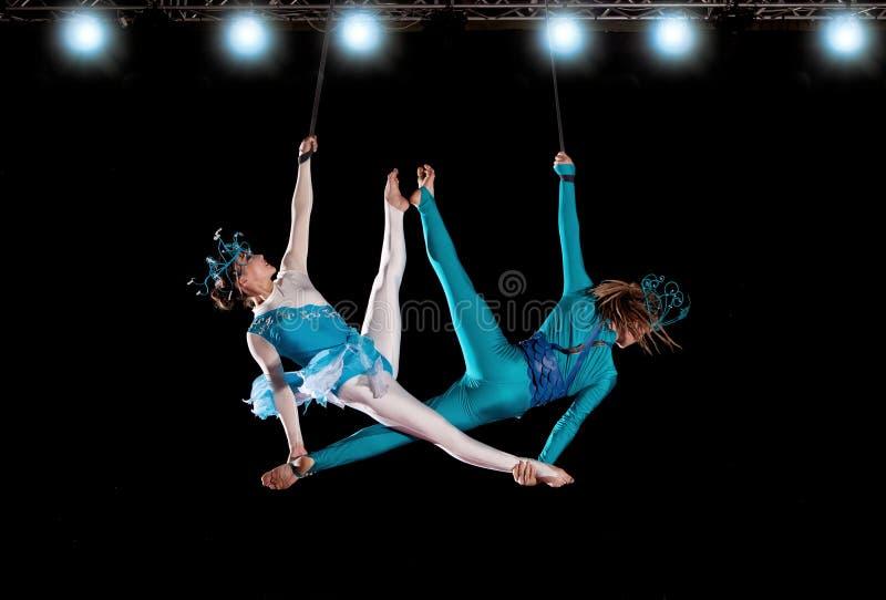 Νέος gymnast αέρα τσίρκων ζευγών στοκ εικόνες με δικαίωμα ελεύθερης χρήσης