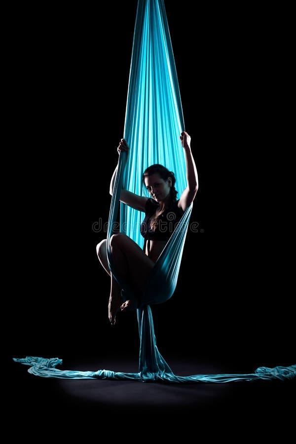 Νέος gymnast γυναικών με τα μπλε γυμναστικά εναέρια μετάξια στοκ φωτογραφίες με δικαίωμα ελεύθερης χρήσης