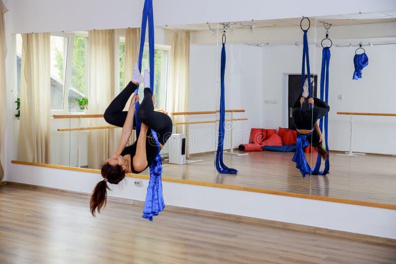 Νέος gymnast γυναικών στο σχοινί ικανότητας σχοινιών αναρριχείται στη γυμναστική στοκ φωτογραφίες