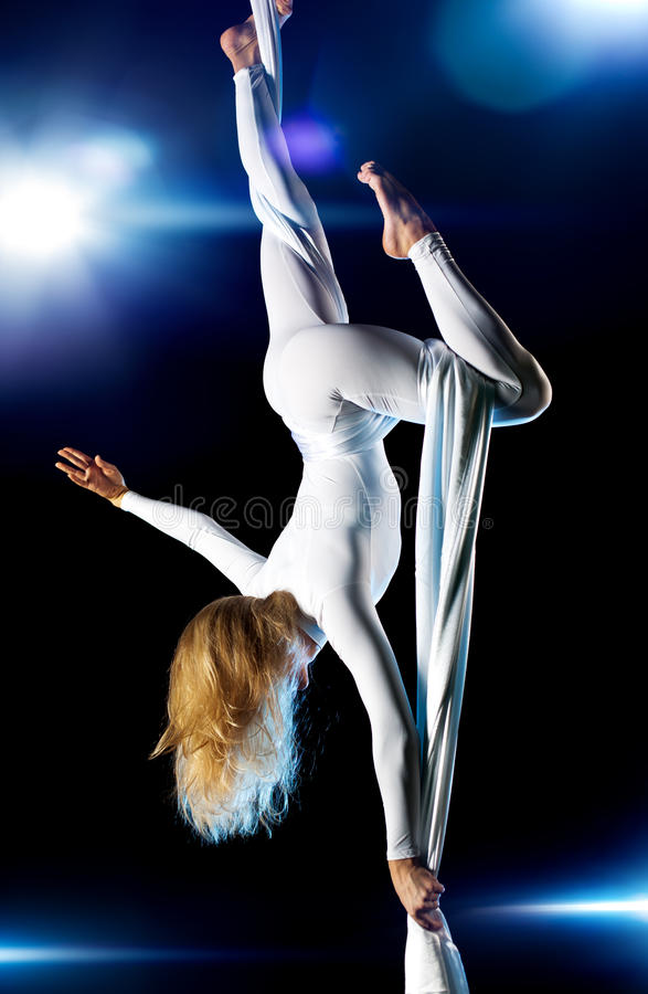 Νέος gymnast γυναικών στοκ εικόνα με δικαίωμα ελεύθερης χρήσης