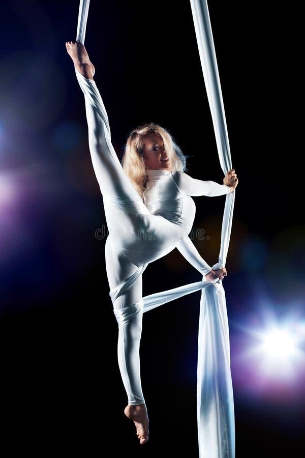 Νέος gymnast γυναικών στοκ εικόνες με δικαίωμα ελεύθερης χρήσης