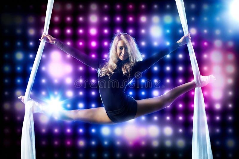 Νέος gymnast γυναικών στοκ φωτογραφίες