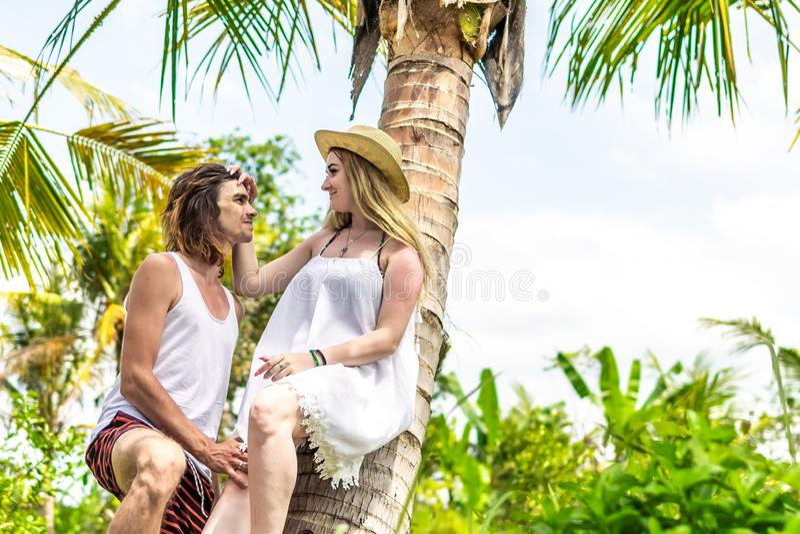 Νέος romatic τουρίστας ζευγών κάτω από το φοίνικα καρύδων Βεραμάν και κίτρινη εικόνα Νησί του Μπαλί Ινδονησία στοκ εικόνες