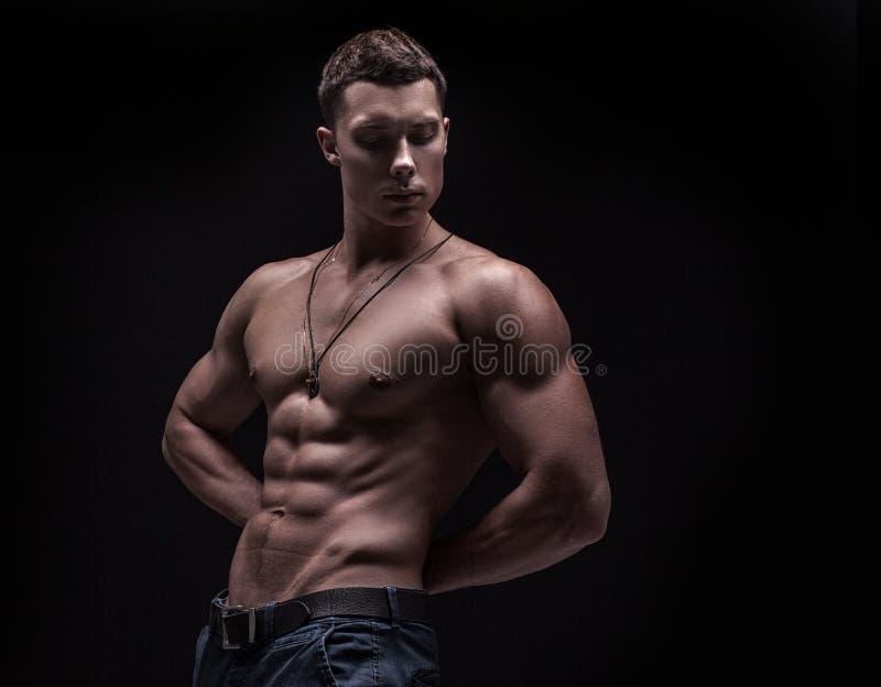 Νέο άτομο αθλητών bodybuilder στοκ εικόνα