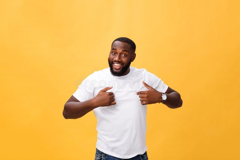 Νέο άτομο αφροαμερικάνων πέρα από το απομονωμένο υπόβαθρο που φαίνεται βέβαιο με το χαμόγελο στο πρόσωπο, που δείχνεται με τα δάχ στοκ εικόνες