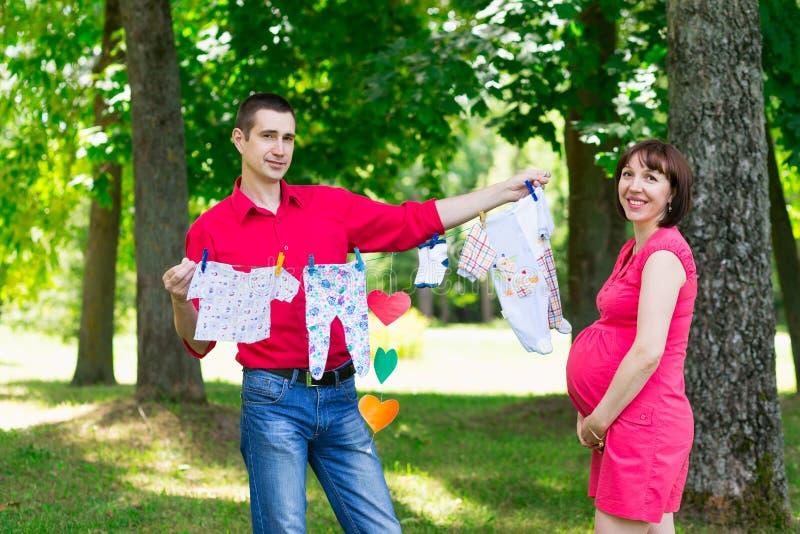 Νέο άτομο ζευγών και η έγκυος σύζυγός του στοκ εικόνες με δικαίωμα ελεύθερης χρήσης