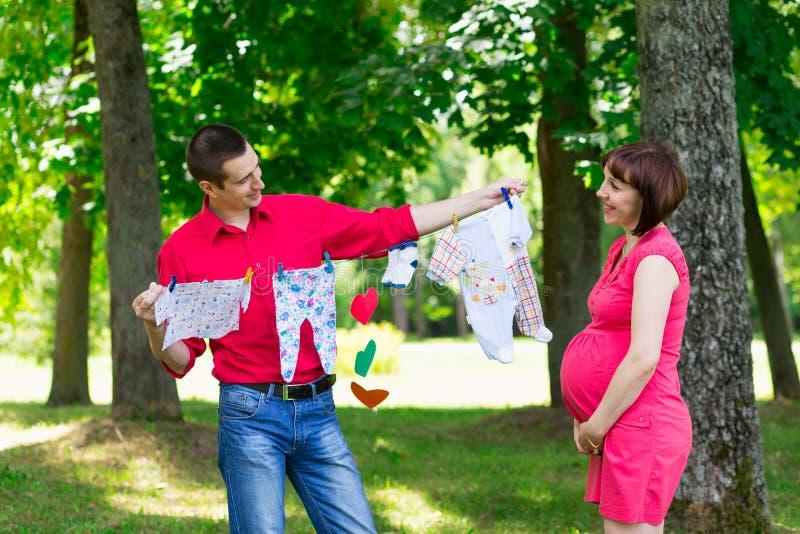 Νέο άτομο ζευγών και η έγκυος σύζυγός του στοκ φωτογραφία