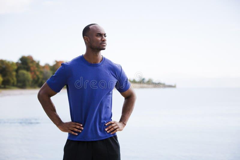 Νέο άτομο ικανότητας στην παραλία στοκ φωτογραφίες