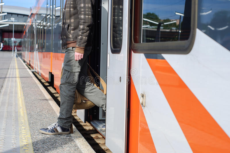Νέο άτομο τουριστών στις κοντινές πόρτες τραίνων σιδηροδρομικών σταθμών στοκ εικόνα με δικαίωμα ελεύθερης χρήσης