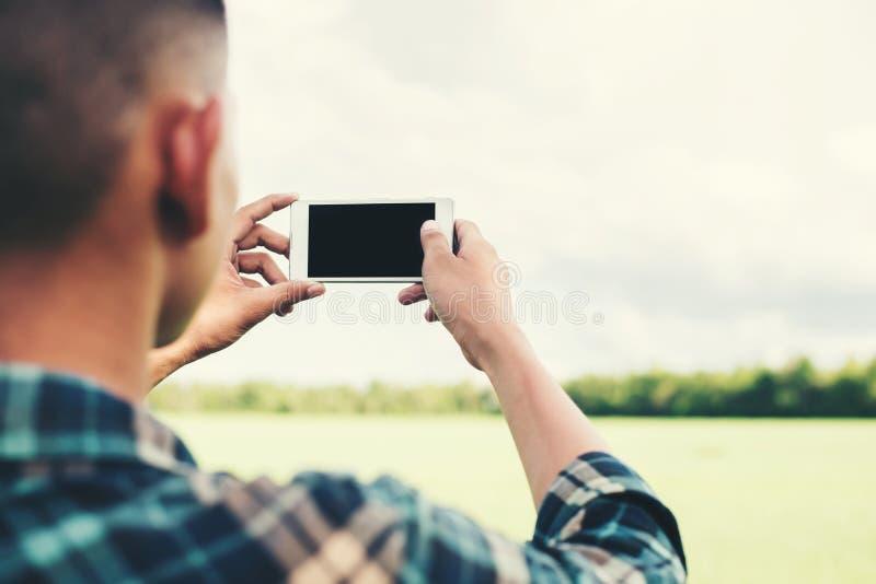 Νέο άτομο hipster που χρησιμοποιεί το smartphone που παίρνει το photogra τοπίων στοκ εικόνες με δικαίωμα ελεύθερης χρήσης