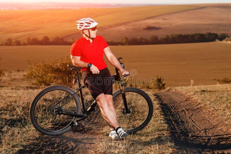 Νέο έξυπνο άτομο στην οδήγηση ποδηλάτων βουνών στο τοπίο φθινοπώρου στοκ φωτογραφία με δικαίωμα ελεύθερης χρήσης