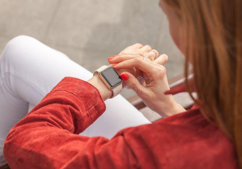 Νέο έξυπνο ρολόι χρήσης γυναικών με την κενή οθόνη υπαίθρια στοκ φωτογραφία με δικαίωμα ελεύθερης χρήσης