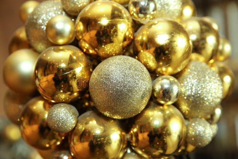 νέο έτος ανασκόπησης Νέο έτος ` s γύρω από τις χρυσές σφαίρες Οι σφαίρες Χριστουγέννων κλείνουν επάνω την εικόνα Χρυσό σπινθήρισμ στοκ φωτογραφίες