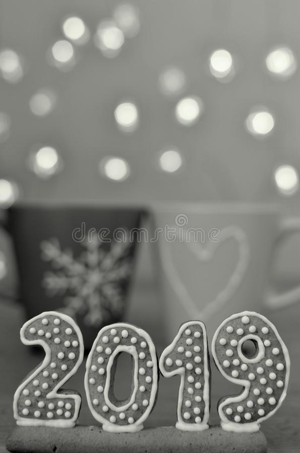 Νέο έτος 2019 Αριθμοί μελοψωμάτων για έναν ξύλινο πίνακα Φω'τα Χριστουγέννων στο υπόβαθρο νέο έτος χαιρετισμών Κατάλληλος ως back στοκ φωτογραφία με δικαίωμα ελεύθερης χρήσης