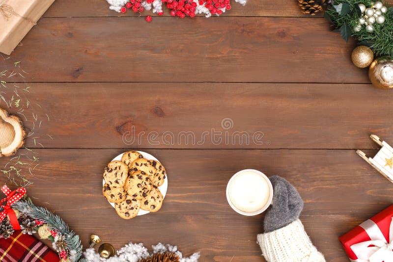νέο έτος Γυναίκα που φορούν το πουλόβερ και γάντι που πίνει τον καυτό καφέ που τρώει τα μπισκότα που απομονώνονται στην κινηματογ στοκ εικόνα