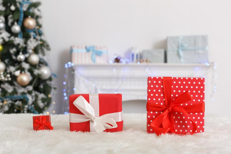 νέο έτος Διακοσμημένο δωμάτιο κανένα διαφορετικό μεγέθους δώρο ανθρώπων στην κινηματογράφηση σε πρώτο πλάνο καναπέδων που θολώνετ στοκ εικόνες