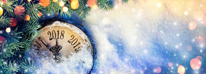 Νέο έτος 2018 - εορτασμός με το ρολόι πινάκων στο χιόνι στοκ φωτογραφία με δικαίωμα ελεύθερης χρήσης