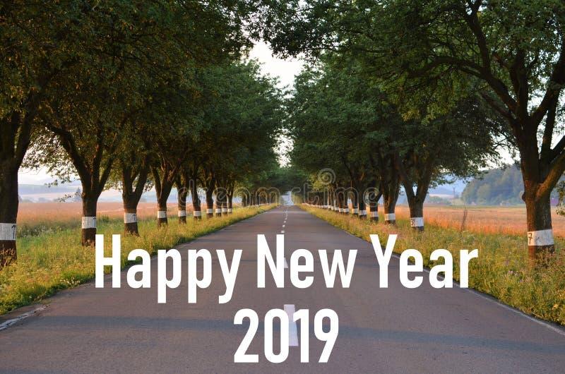 Νέο έτος 2019 Η νέα πορεία αρχή νέα Μαζί πηγαίνουμε Αλέα Jablonova Δρόμος Δέντρα επιγραφή στοκ φωτογραφία